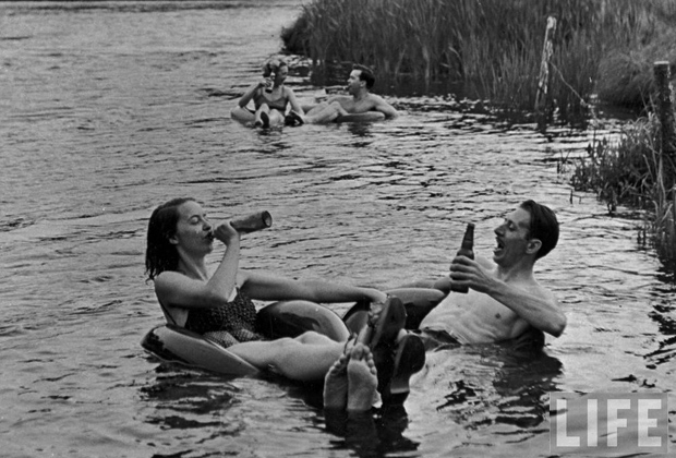1940s-couple-drinking-beer1