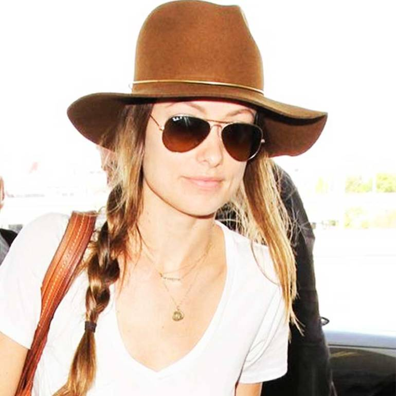 Olivia Wilde se hizo una trenza de lado y cubrió la parte de arriba con un sombrero. Sencillo y súper chic.