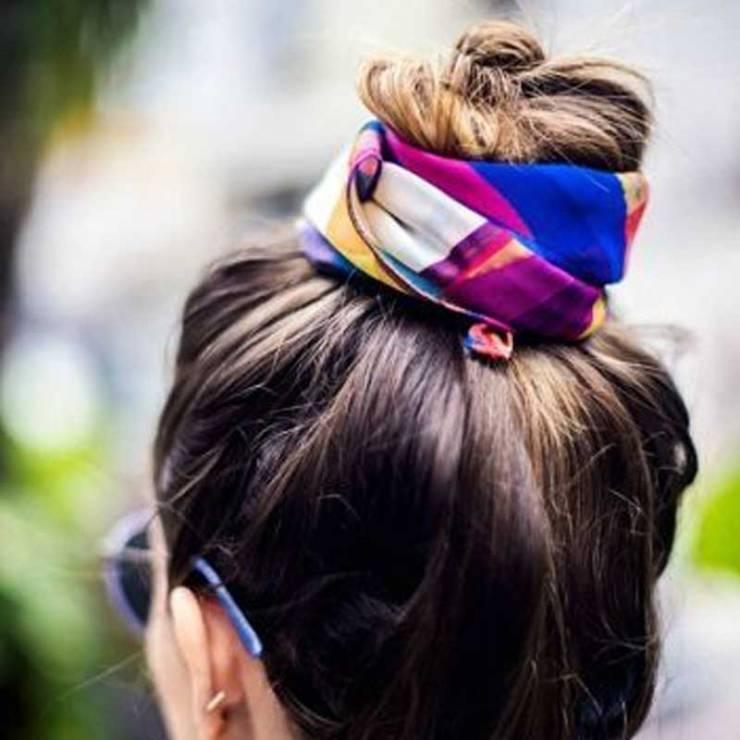 Un chongo alto pero con un twist: Una colorida mascada.