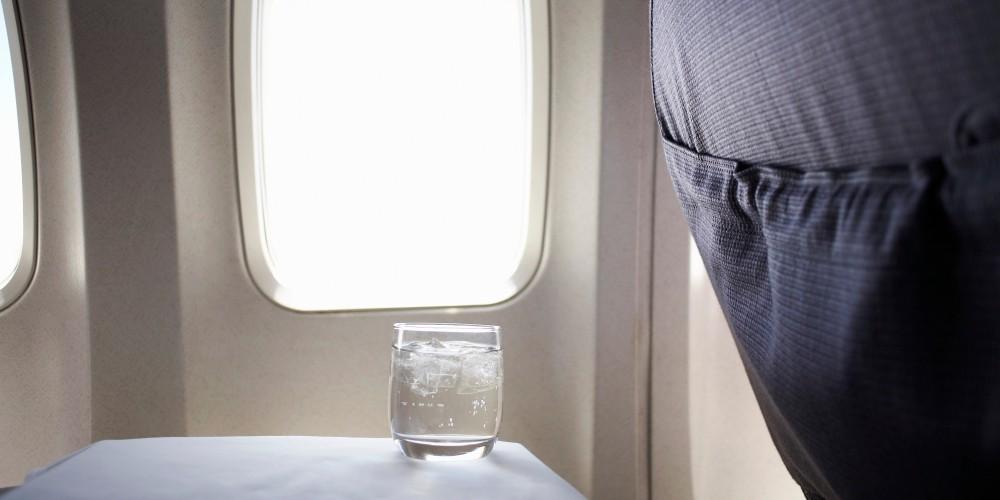 Tomar agua en el avión