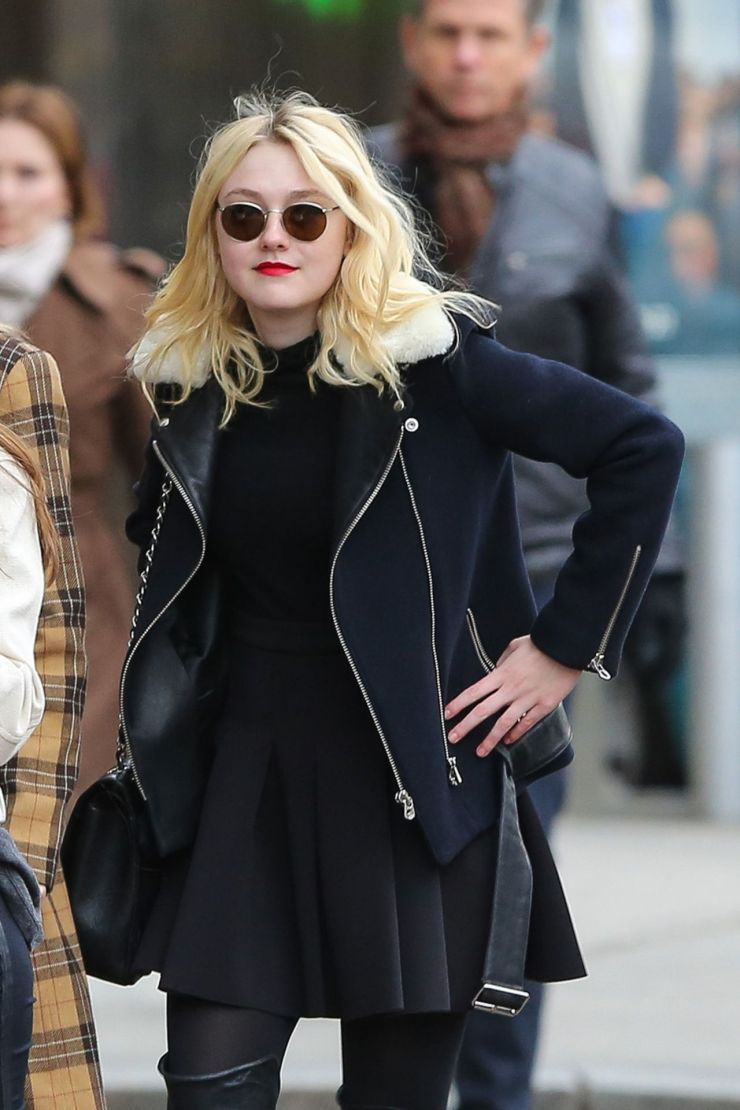dakota_fanning_allblack_airport